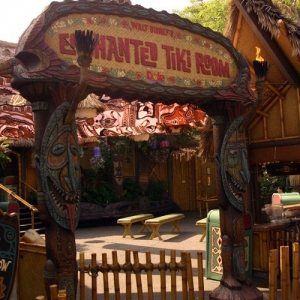 Adventureland_-_Enchanted_Tiki_Room_000