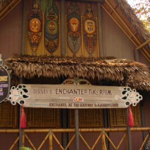 Adventureland_-_Enchanted_Tiki_Room_03