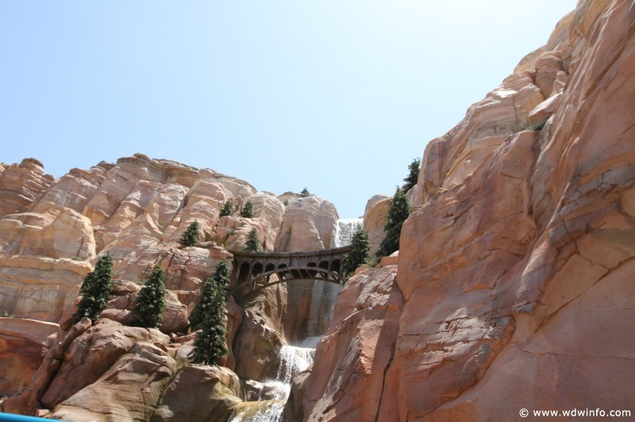 Radiator-Springs-Racers-031